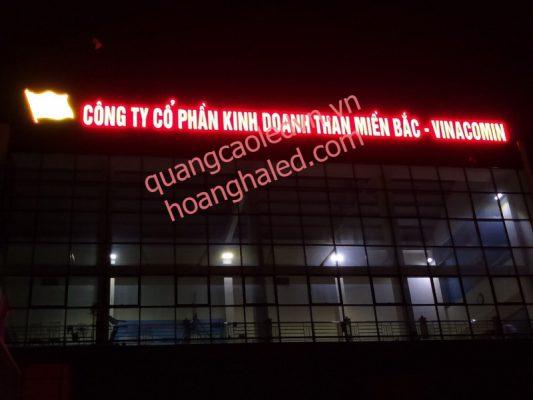 chữ nổi trên nóc tòa nhà